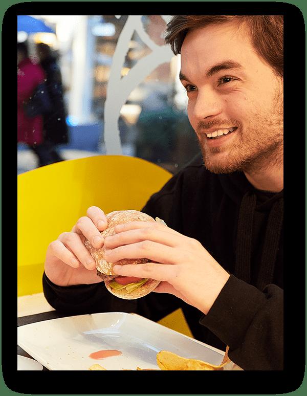 Chico comiendo hamburguesa restaurante El Mercado del Trigo Valladolid